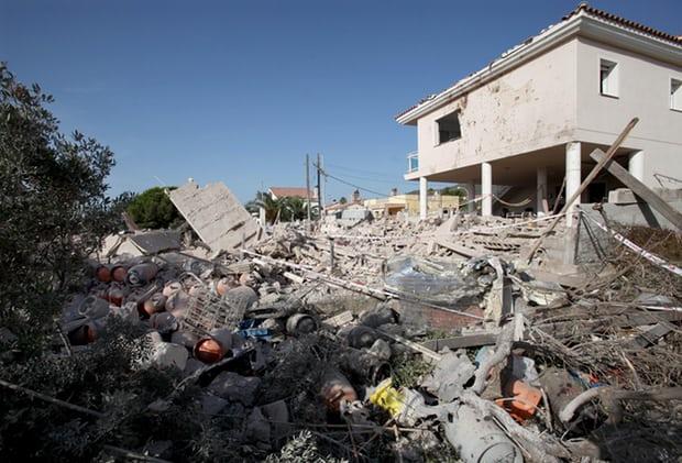 Tấn công khủng bố liên tiếp ở Tây Ban Nha: Rào chắn được dựng lên ở thủ đô Madrid - Ảnh 2.