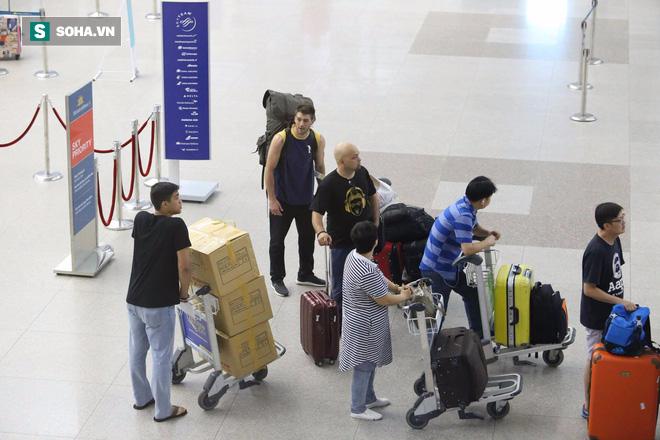 Chùm ảnh: Flores bay đêm, rời Việt Nam về Canada - Ảnh 14.