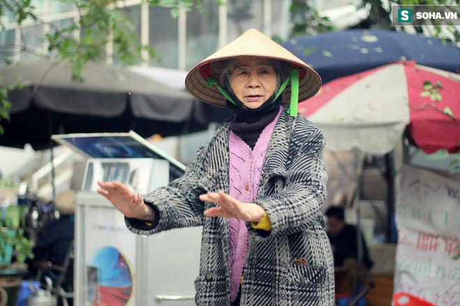 Cụ bà 88 tuổi vá xe trên phố Hà Nội và câu chuyện khiến nhiều bạn trẻ xấu hổ - ảnh 10