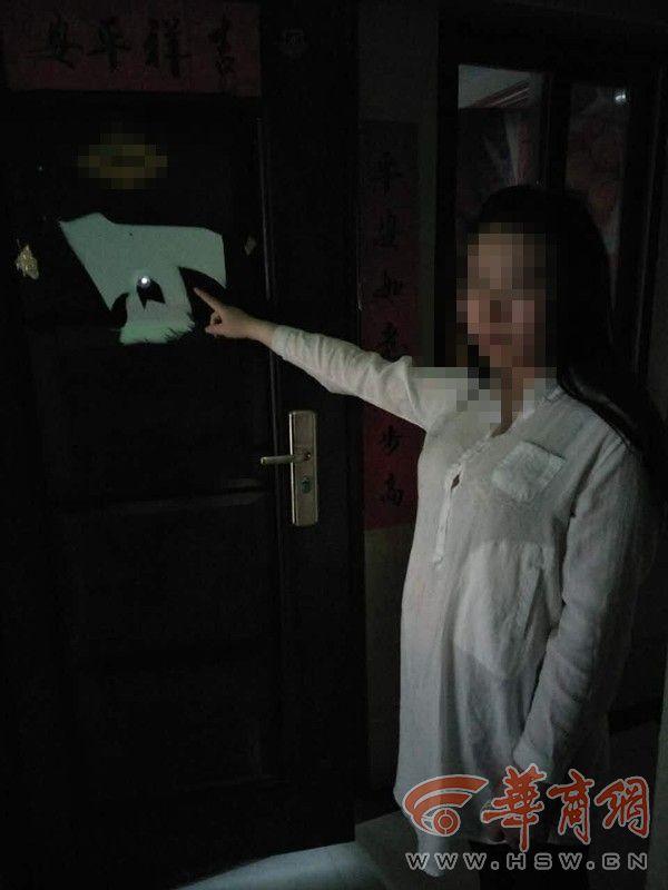 Mở cửa sổ chui vào nhà đàn ông lạ, cô gái trẻ tắm xong thản nhiên lên giường ngủ - Ảnh 2.