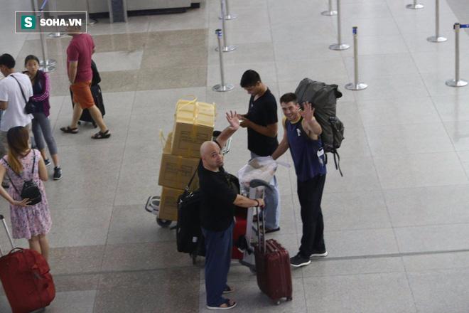 Chùm ảnh: Flores bay đêm, rời Việt Nam về Canada - Ảnh 19.