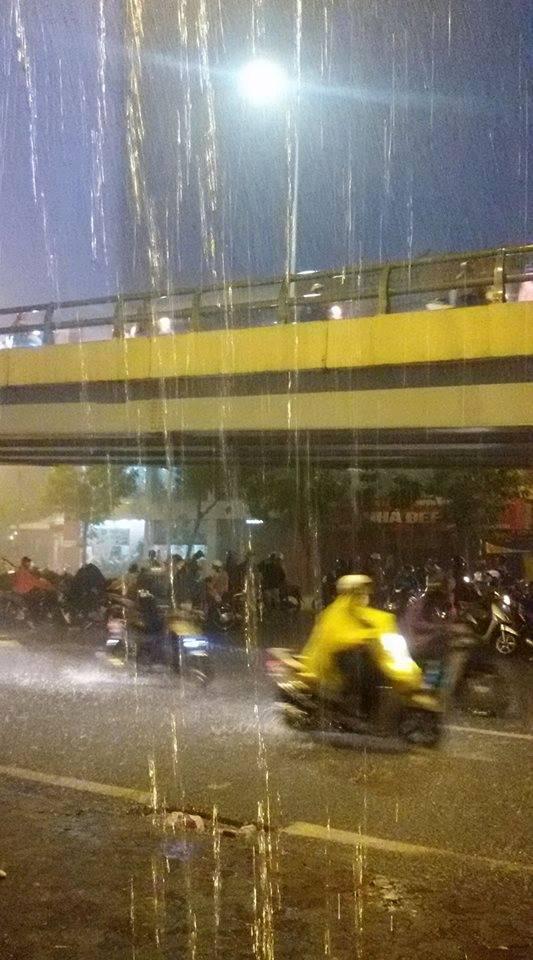Hà Nội mưa xối xả, nhiều tuyến phố ngập rất sâu - Ảnh 13.