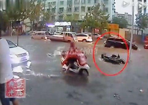 Clip: 3 người đàn ông chung tay cứu 1 phụ nữ giữa dòng nước lũ - ảnh 2