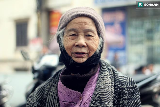Cụ bà 88 tuổi vá xe trên phố Hà Nội và câu chuyện khiến nhiều bạn trẻ xấu hổ - ảnh 1