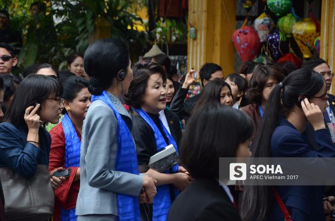 [ẢNH/VIDEO] Phu nhân/phu quân các lãnh đạo APEC hào hứng khám phá nét đẹp phố cổ Hội An - Ảnh 11.