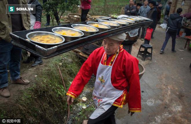 Chùm ảnh: Người đàn ông 38 năm chuyển thức ăn bằng đầu, đội 300.000 bát chưa 1 lần rơi - Ảnh 1.