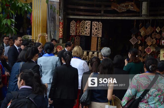 [ẢNH/VIDEO] Phu nhân/phu quân các lãnh đạo APEC hào hứng khám phá nét đẹp phố cổ Hội An - Ảnh 12.