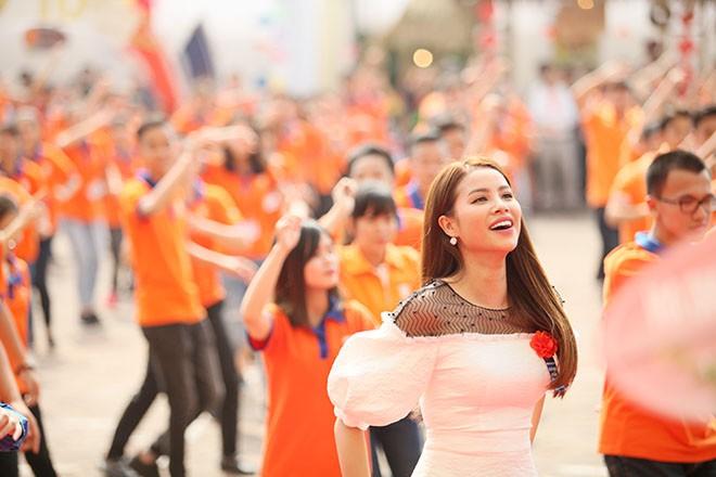 Hoa hậu Phạm Hương nhảy Flashmob cùng 1000 sinh viên Đại Nam - ảnh 1