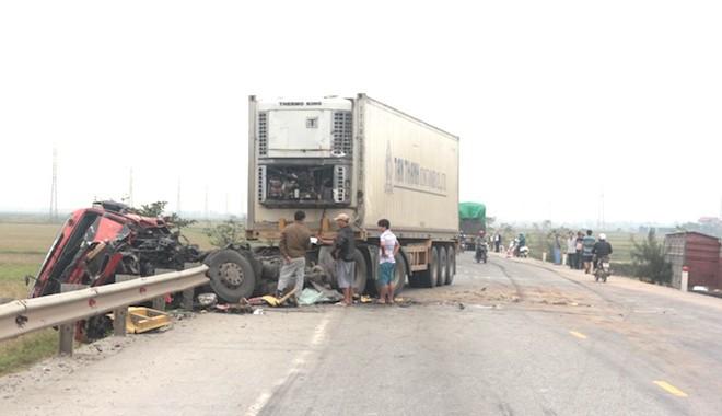 5 ô tô vỡ nát đầu sau tai nạn liên hoàn trên đường tránh TP Vinh - Ảnh 1.