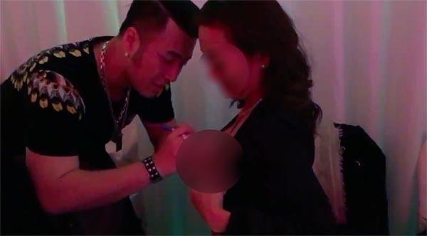 Hành động gây tranh cãi của ca sĩ Akira Phan với khán giả nữ - Ảnh 2.