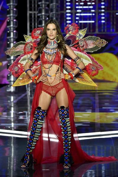 Siêu mẫu Trung Quốc bất ngờ vấp ngã trên sàn diễn Victorias Secret - Ảnh 4.