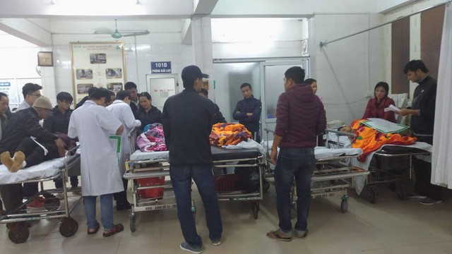Sập lan can trường tiểu học khiến 16 trẻ nhập viện: Cháu bị rơi từ trên xuống cùng với hơn 10 bạn - Ảnh 2.