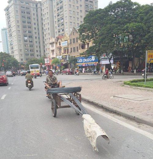 Hành động của 2 chàng trai gây ra nhiều mối nguy hại trên phố Hà Nội - Ảnh 4.