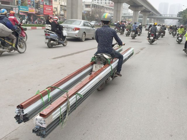 Hành động của 2 chàng trai gây ra nhiều mối nguy hại trên phố Hà Nội - Ảnh 5.