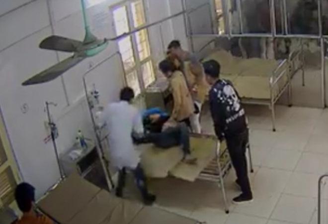 Bệnh nhân tung cước đạp bác sỹ cấp cứu ngay ngày đầu năm mới - Ảnh 1.