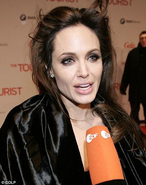 Angelina Jolie để con đi chân đất chơi đùa, Brad Pitt tỏ rõ sự lo lắng  - Ảnh 3.