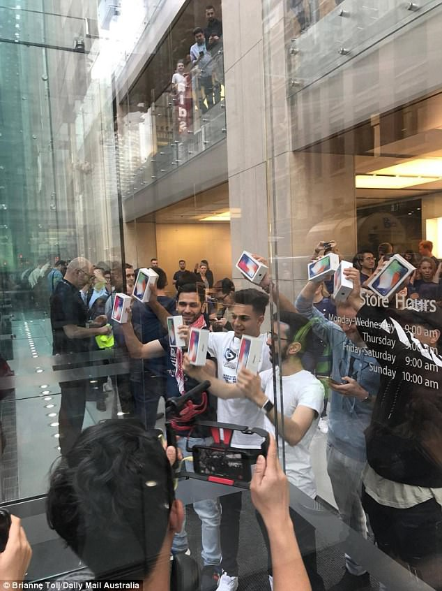 Vỡ trận chờ mua iPhone X toàn thế giới - Ảnh 8.