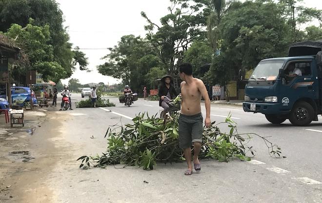 Ảnh: Người dân hối hả chằng nhà, tháo mái tôn hàng loạt để tránh bão - Ảnh 4.