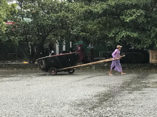 Ảnh: Người dân hối hả chằng nhà, tháo mái tôn hàng loạt để tránh bão - Ảnh 5.