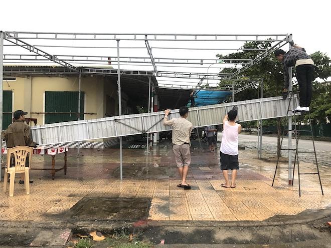 Ảnh: Người dân hối hả chằng nhà, tháo mái tôn hàng loạt để tránh bão - Ảnh 14.