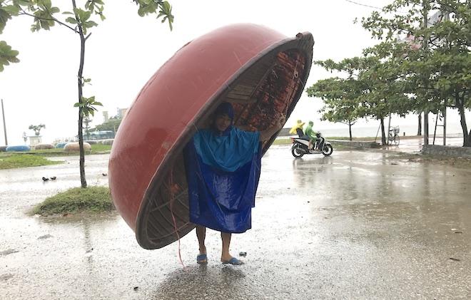 Ảnh: Người dân hối hả chằng nhà, tháo mái tôn hàng loạt để tránh bão - Ảnh 6.