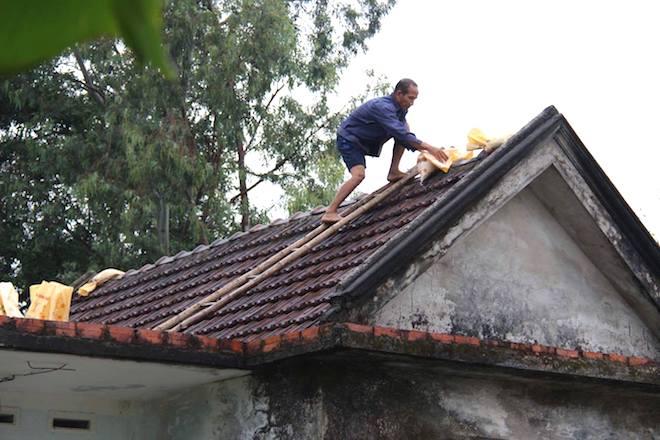 Ảnh: Người dân hối hả chằng nhà, tháo mái tôn hàng loạt để tránh bão - Ảnh 16.