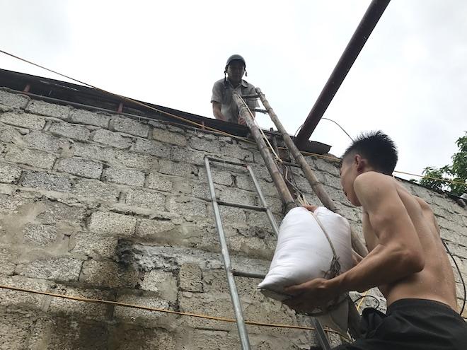 Ảnh: Người dân hối hả chằng nhà, tháo mái tôn hàng loạt để tránh bão - Ảnh 3.