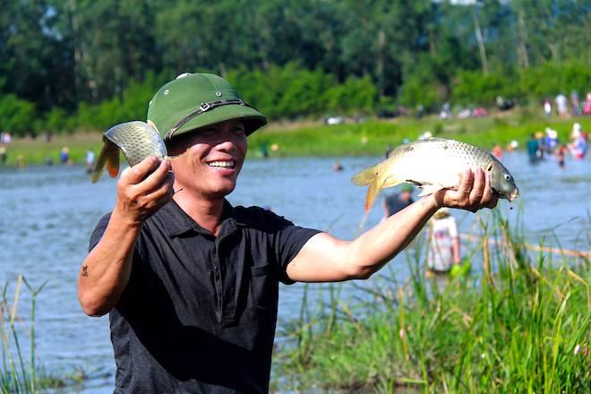 Cả làng hú lớn, tay nơm tay lưới ào xuống vực đánh cá Đồng Hoa - Ảnh 14.