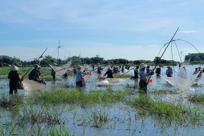 Cả làng hú lớn, tay nơm tay lưới ào xuống vực đánh cá Đồng Hoa - Ảnh 3.
