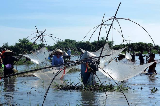 Cả làng hú lớn, tay nơm tay lưới ào xuống vực đánh cá Đồng Hoa - Ảnh 13.