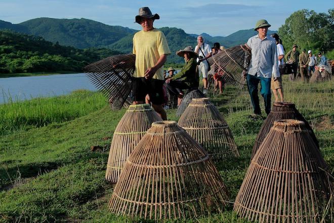 Cả làng hú lớn, tay nơm tay lưới ào xuống vực đánh cá Đồng Hoa - Ảnh 10.