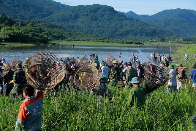 Cả làng hú lớn, tay nơm tay lưới ào xuống vực đánh cá Đồng Hoa - Ảnh 6.