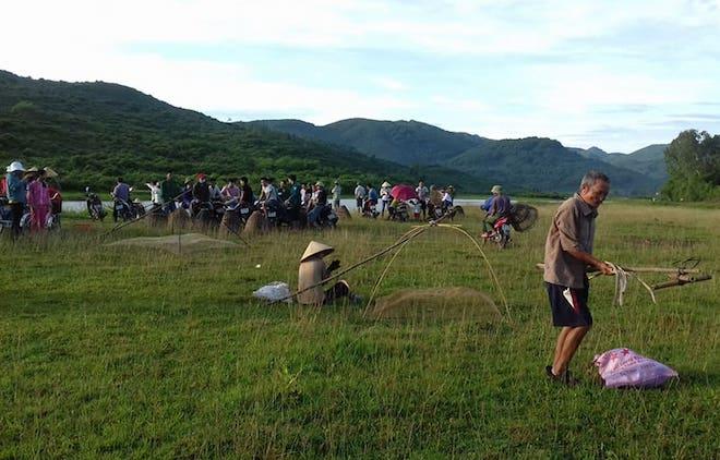 Cả làng hú lớn, tay nơm tay lưới ào xuống vực đánh cá Đồng Hoa - Ảnh 4.