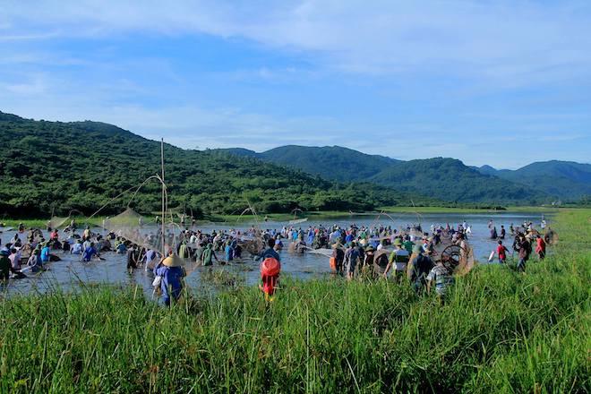 Cả làng hú lớn, tay nơm tay lưới ào xuống vực đánh cá Đồng Hoa - Ảnh 5.