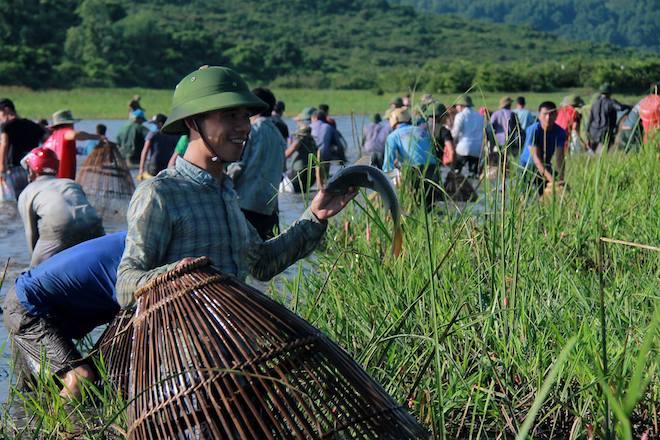 Cả làng hú lớn, tay nơm tay lưới ào xuống vực đánh cá Đồng Hoa - Ảnh 15.