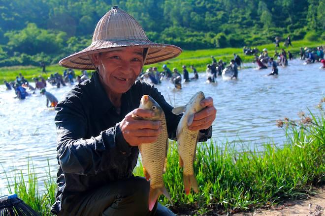 Cả làng hú lớn, tay nơm tay lưới ào xuống vực đánh cá Đồng Hoa - Ảnh 8.