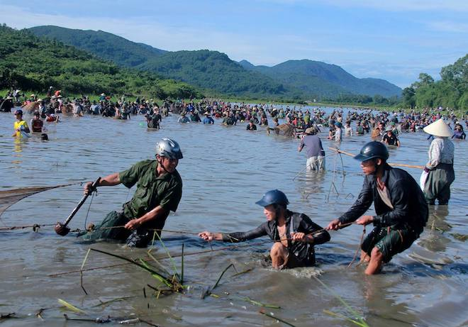 Cả làng hú lớn, tay nơm tay lưới ào xuống vực đánh cá Đồng Hoa - Ảnh 16.