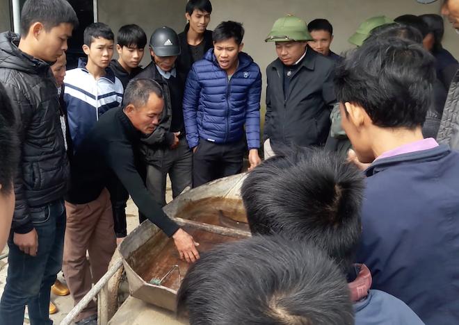 Người dân góp tiền mua cá chình khủng dài cả mét để phóng sinh - Ảnh 5.