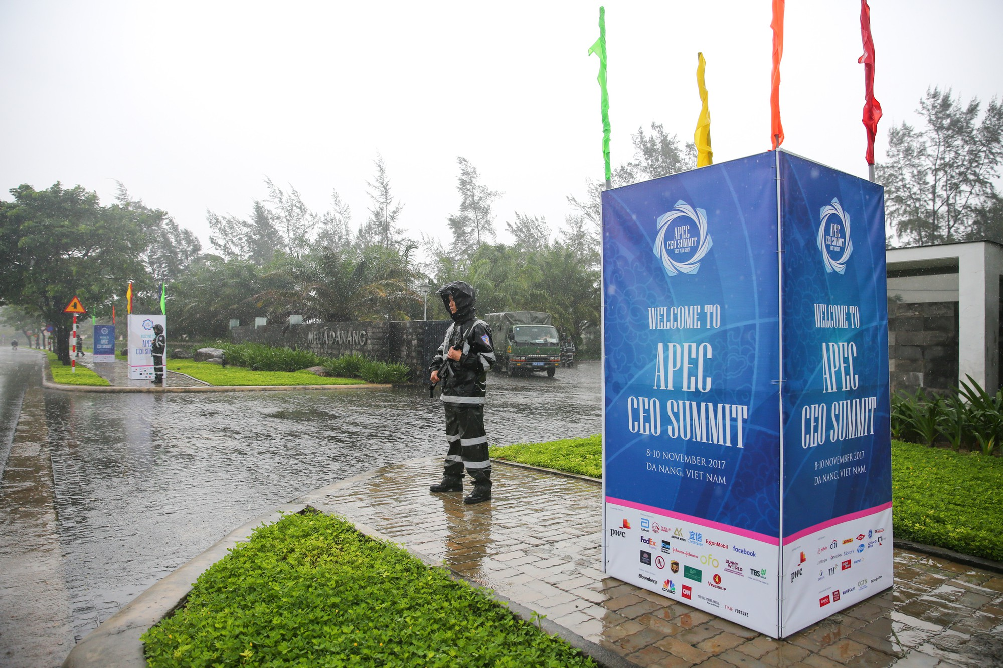 [PHOTO ESSAY] Toàn cảnh Đà Nẵng: Chạy đua với bão chuẩn bị cho khai mạc APEC - Ảnh 12.