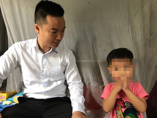 Bé gái 3 tuổi bị mẹ lột quần áo bắt đứng ngoài trời mưa rét được đi học - Ảnh 1.