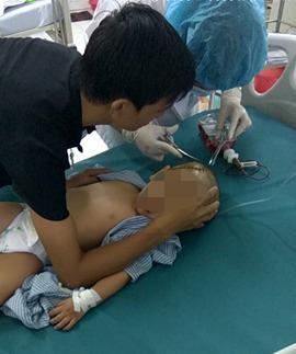 Bé trai gần 4 tuổi não bị tụ máu khi đi học ở trường mầm non - Ảnh 3.