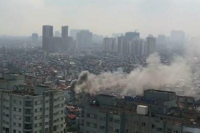 3 căn nhà trên phố Minh Khai cháy dữ dội, nối hàng trăm mét dây để dẫn nước - Ảnh 3.