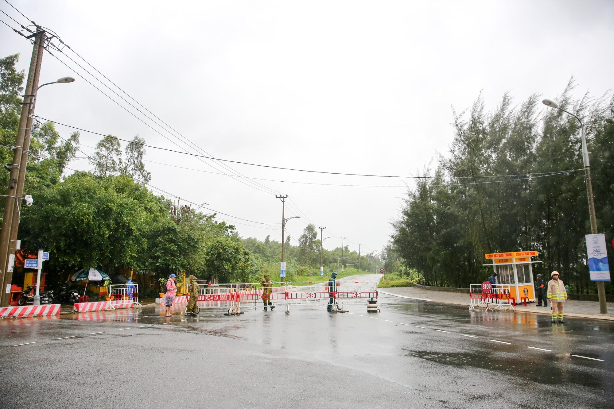 [PHOTO ESSAY] Toàn cảnh Đà Nẵng chạy đua với bão chuẩn bị cho khai mạc APEC - Ảnh 14.