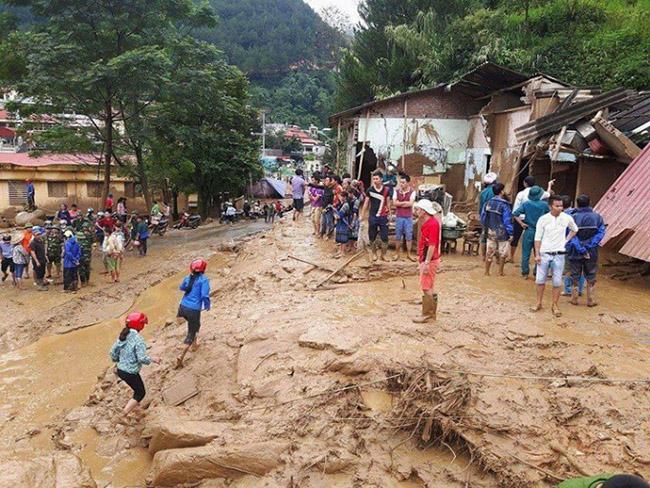 Lũ quét ở Yên Bái: Nước cuồn cuộn chảy mà tưởng ô tô ở đâu chạy về nhiều thế - Ảnh 2.