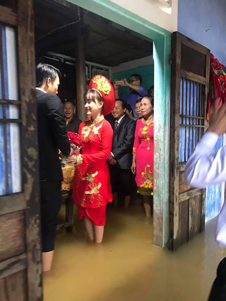 Tổ chức đám cưới trong ngày mưa ngập, cặp đôi đã có hành động khiến người ta bật cười