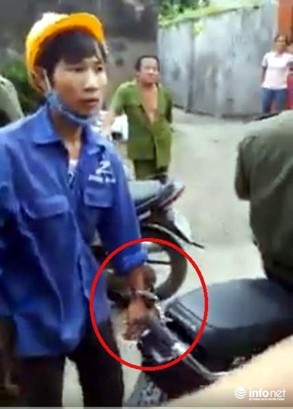 Công an xã còng tay dân vào sau xe máy ép đưa về trụ sở, Chủ tịch xã nói chỉ một lúc - Ảnh 1.