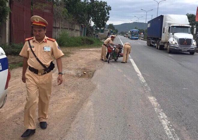 Tâm sự của CSGT nhặt tôm, cua giúp dân bị rơi vãi trên quốc lộ 5