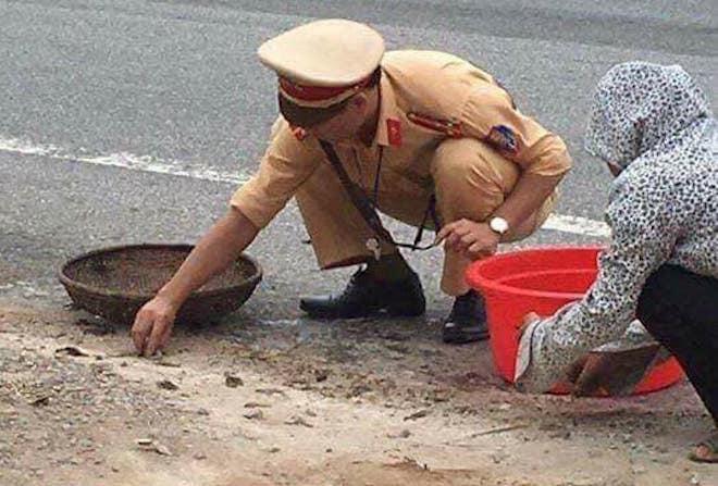 Tâm sự của CSGT nhặt tôm, cua giúp dân bị rơi vãi trên quốc lộ 3