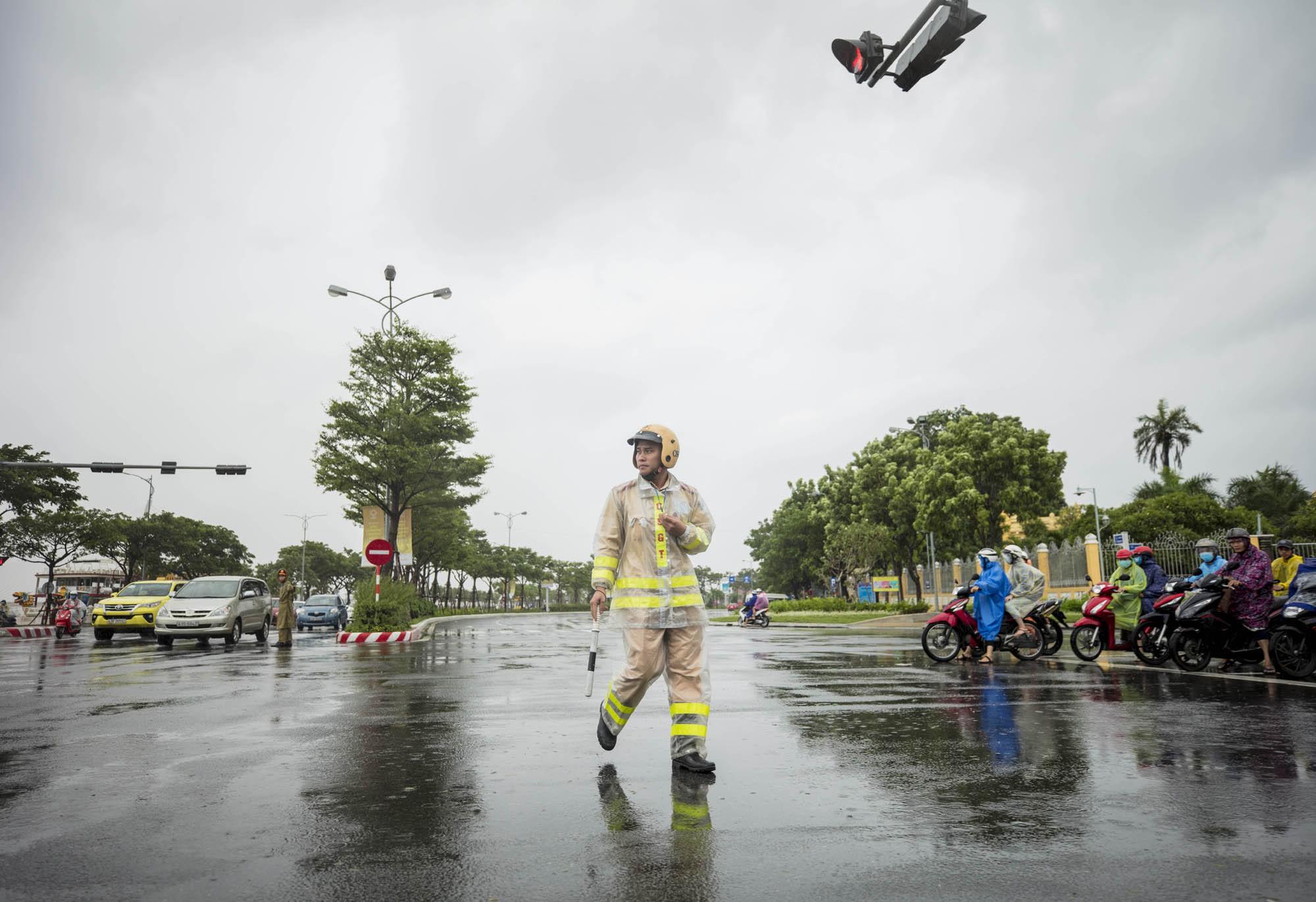 [PHOTO ESSAY] Toàn cảnh Đà Nẵng: Chạy đua với bão chuẩn bị cho khai mạc APEC - Ảnh 30.
