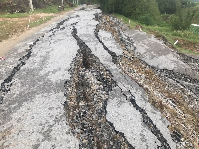 Con đường 68 tỷ ở Nghệ An: Sáng đi thấy một vết nứt, chiều về không thấy đường đâu nữa 2